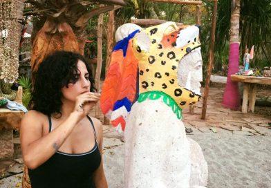 Conoce a Carolina talentosa artista muralista michoacana.